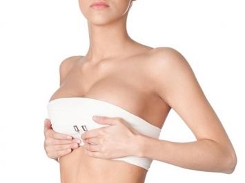Nâng ngực bị sưng có nguy hiểm không? Bao lâu thì hết?